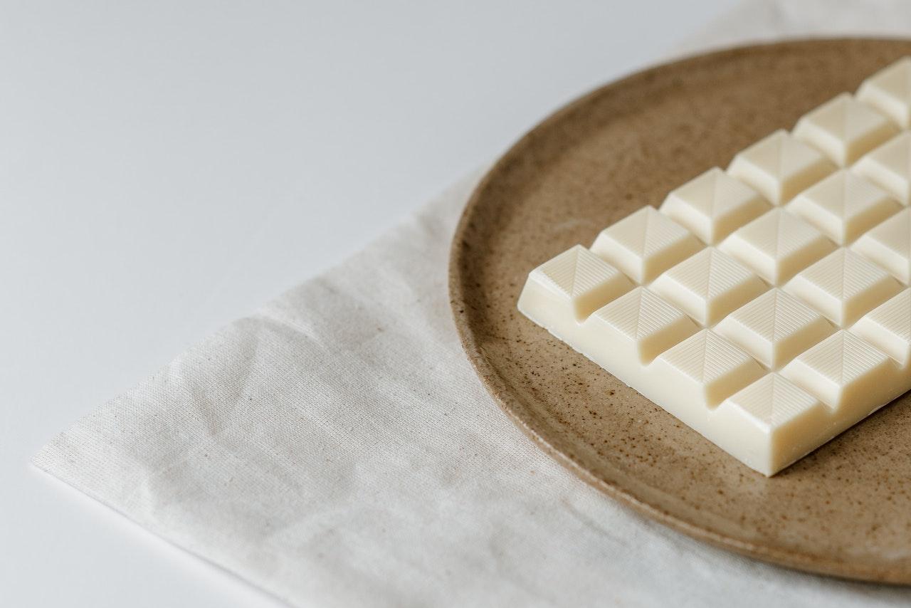 Prawdziwa biała czekolada – co warto o niej wiedzieć?
